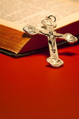 Kruzifix und Bibel - p3300281 von Harald Braun