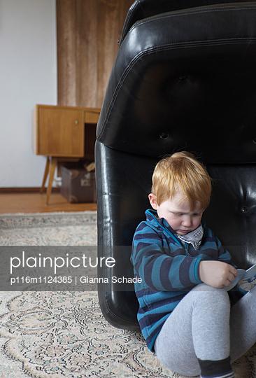 Junge im Versteck - p116m1124385 von Gianna Schade