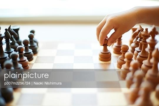 Japanese kid playing chess - p307m2296724 by Naoki Nishimura