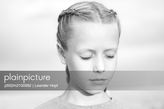 Portrait of girl with pigtails - p552m2100582 by Leander Hopf