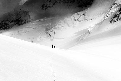 Zwei Menschen im Schnee - p1175m955573 von STEFAN SCHLUMPF
