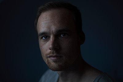 Junger Mann, Porträt - p1324m1191235 von michaelhopf