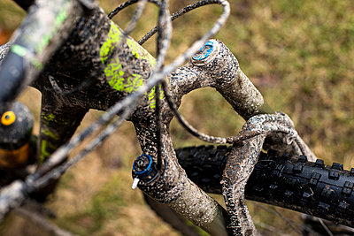 Bike fork and front parts of dirty mountain bike - p1687m2284315 by Katja Kircher