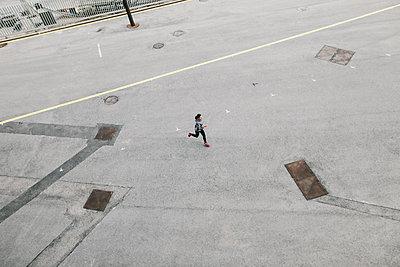Spain, Barcelona, jogging woman - p300m1115060f by Bonninstudio