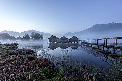Germany, Bavaria, Autumn morning at lake Kochelsee - p300m1192080 by Michael Bottari