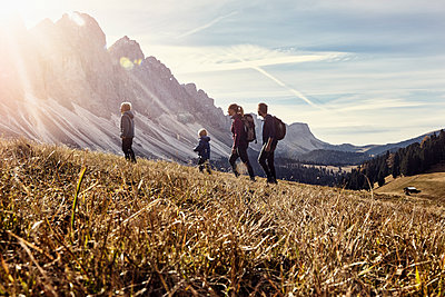 Italy, South Tyrol, Geissler group, family hiking - p300m2059291 by Rainer Berg