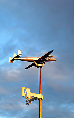 Flugzeug zeigt Windrichtung - p382m1540203 von Anna Matzen