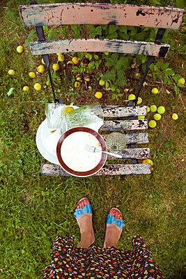 Frau steht über schmutzigem Geschirr - p432m1590637 von mia takahara