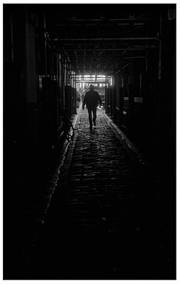 Dunkle Gasse in Paris - p567m1212515 von Alexis Bastin