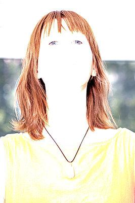 Portrait of brunette woman, over-exposed - p817m2209345 by Daniel K Schweitzer