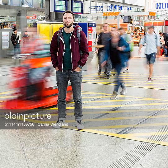 Backpacker in Bahnhofshalle - p1114m1159756 von Carina Wendland