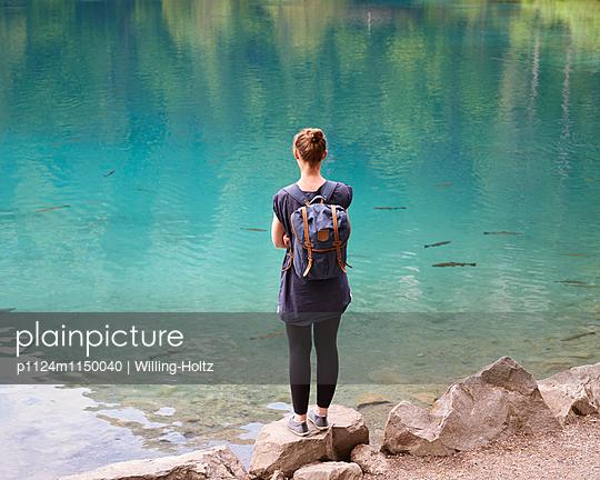 Frau schaut auf Bergsee - p1124m1150040 von Willing-Holtz