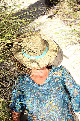 Woman sleeping in the dunes - p045m907331 by Jasmin Sander