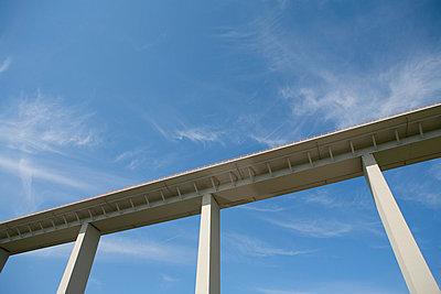 Autobahnbrücke - p550m758656 von Thomas Franz