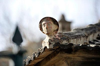 Kleine Skulptur an einer Dachkante - p949m658762 von Frauke Schumann