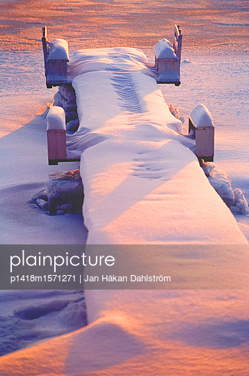 Verschneiter Steg - p1418m1571271 von Jan Håkan Dahlström