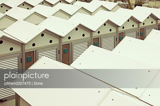Beach huts, Liguria, Italy - p564m2227473 by Dona