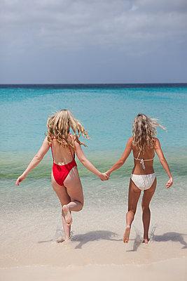 Zusammen ins Wasser laufen - p045m1572695 von Jasmin Sander