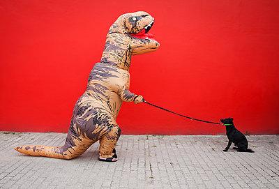 Dinosaurier hat Hund an Hundeleine - p045m2014805 von Jasmin Sander