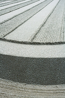 Patterns raked in gravel - p6242014f by Laurence Mouton