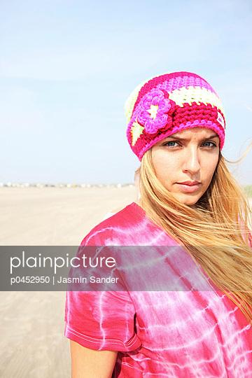 Hippie girl at the beach - p0452950 by Jasmin Sander