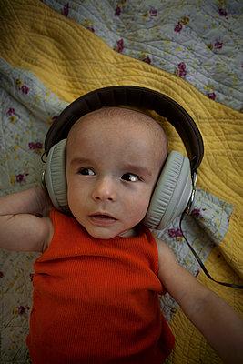 Newborn child listening to music - p1028m1048180 by Jean Marmeisse