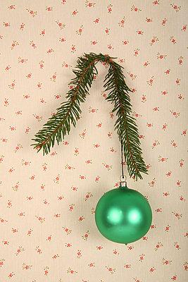 Grüne Tannenbaumkugel - p165m855657 von Andrea Schoenrock