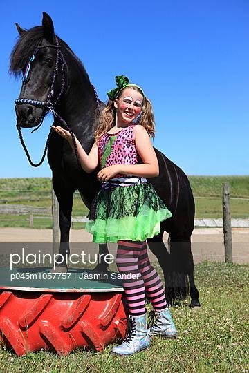 Kunststück-Vorführung mit dem Pferd - p045m1057757 von Jasmin Sander