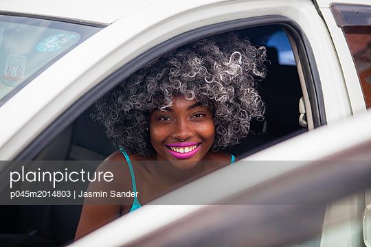 Junge Frau im Auto - p045m2014803 von Jasmin Sander