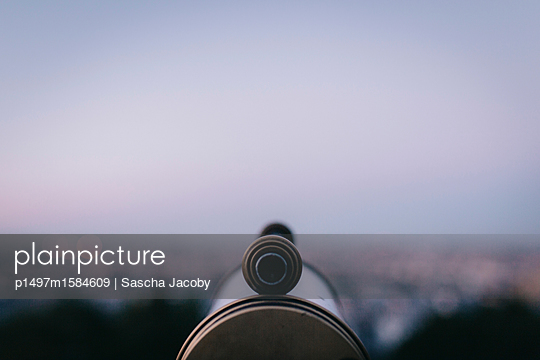 Fokus auf Fernrohr bei Sonnenaufgang im Sommer - p1497m1584609 von Sascha Jacoby