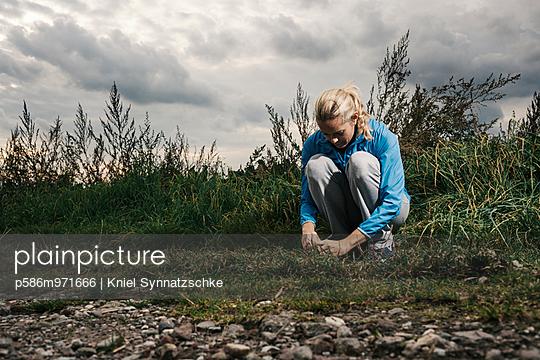 Blonde Frau in Trainingskleidung - p586m971666 von Kniel Synnatzschke