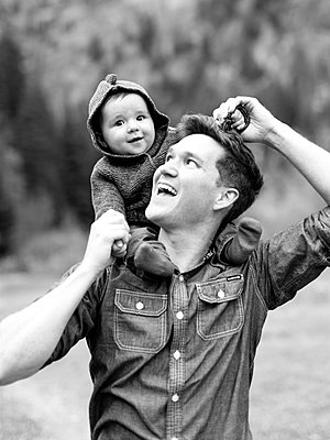 Portrait of father with son (12-17 months) - p1427m2186401 by Jessica Peterson