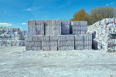 Sortiertes Altpapier, wartet auf Recycling - p1525m2086914 von Hergen Schimpf