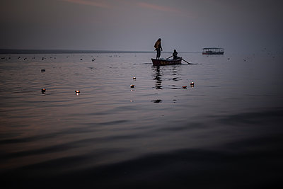 Morning ride on the ganges river with floating candles - p1007m2099058 by Tilby Vattard