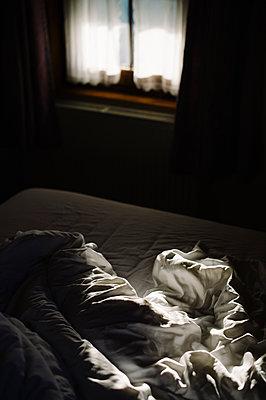 Ungemachtes Bett am Morgen - p819m1068325 von Kniel Mess