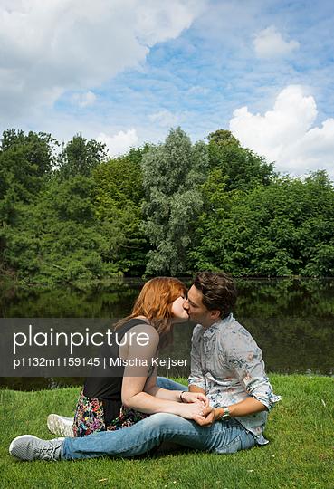 Paar im Park - p1132m1159145 von Mischa Keijser