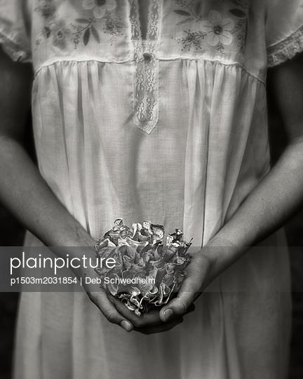 Mädchen hält einen Pilz - p1503m2031854 von Deb Schwedhelm