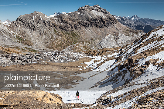 Wanderer in Berglandschaft - p327m1216691 von René Reichelt