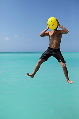 Smiling man - p045m899711 by Jasmin Sander