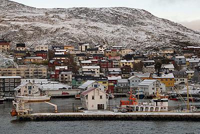 Der Hafen von Honningsvag im Winter - p1065m891799 von KNSY Bande