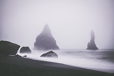 Foggy Beach at Reynisfjara - p1512m2037940 von Katrin Frohns