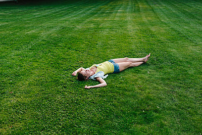 Young woman lying on the back - p586m1066266 by Kniel Synnatzschke