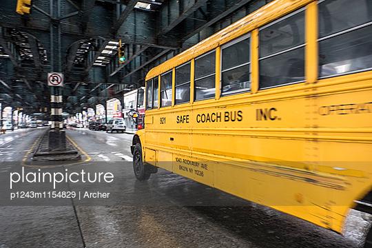 Bus fährt unter einer Hochbahn in New York - p1243m1154829 von Archer