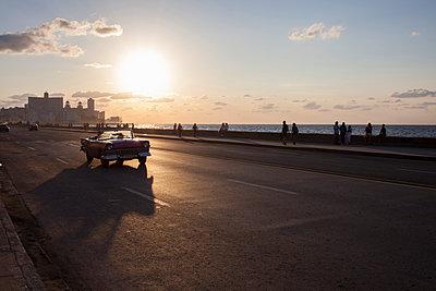 Vintage car in Havana - p304m1092294 by R. Wolf