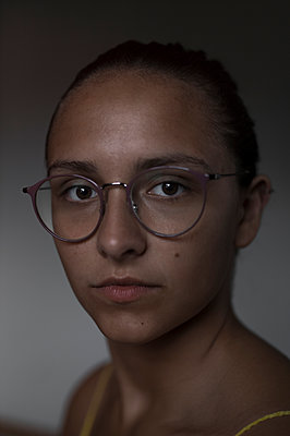 Portrait of young woman wearing eyeglasses - p552m2002121 by Leander Hopf