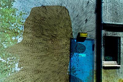 Schatten eines Mannes mit Hut - p979m1513297 von Martin Kosa