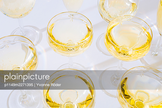 White wine glasses - p1149m2271395 by Yvonne Röder