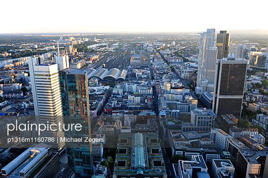 Büro- und Bankenviertel, dahinter der Hauptbahnhof, Frankfurt am Main, Hessen, Deutschland - p1316m1160786 von Michael Zegers