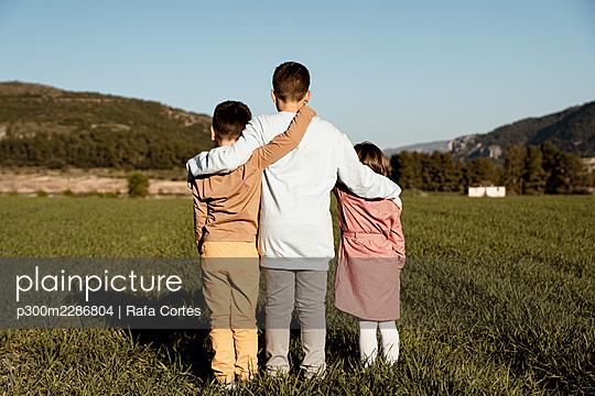 Spain, Valencian Community, Alicante. Children playing in the countryside - p300m2286804 von Rafa Cortés
