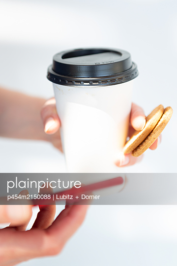 On the way with coffee - p454m2150088 by Lubitz + Dorner